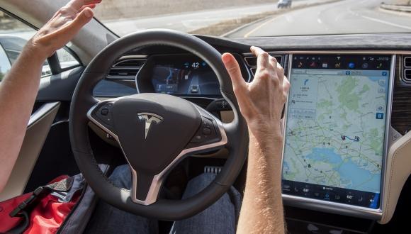 Tesla'nın otomatik pilotu artık daha yetenekli!