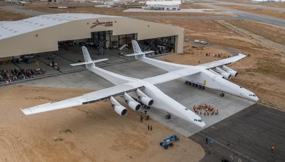 Dünyanın en büyük uçağı ilk uçuşunu yaptı!