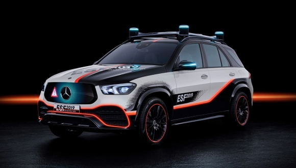 Mercedes'den kaza sırasında tasarımı değişen araç!