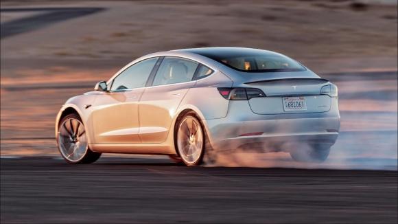 Otonom Tesla Model 3 kazaya sebep oldu
