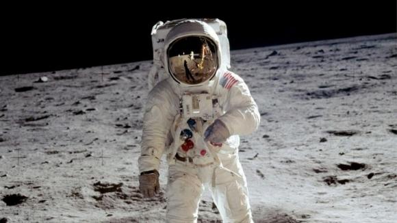 Ay'a atılan ilk adımın görüntüleri satıldı