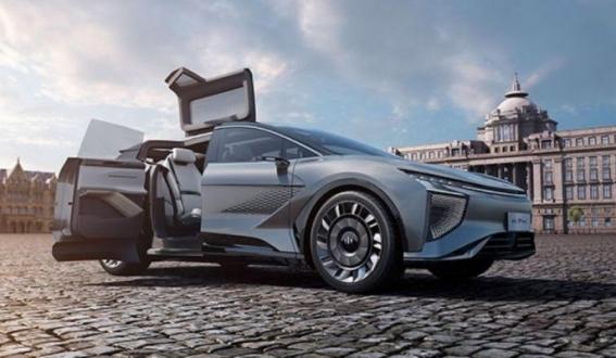 5G ile şehirlere bağlanan akıllı elektrikli otomobil