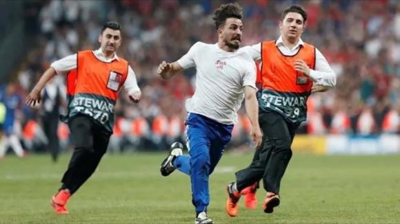 Deli Mi Ne? Süper Kupa Finalinde sahaya atladı!