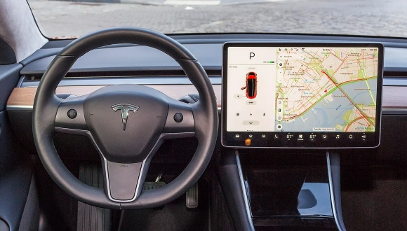 Tesla çağırma özelliği kaosa dönüştü