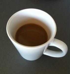 Kaffe i en vit kopp. Smärta på behandling, så vi fikade hemma. Käken ur led.