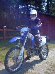 Arga Klara på motorcykel med full skyddsutrustning