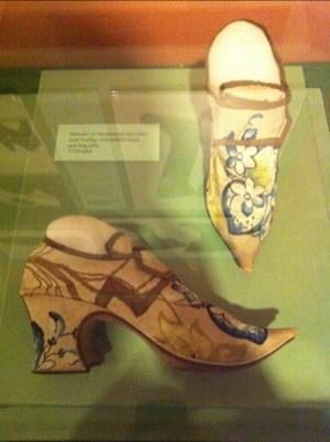 Gamla skor på Skomuseet i Kumla