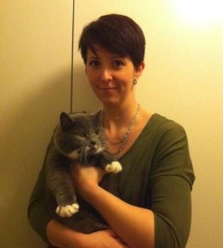 Arga Klara och en söt grå katt. Bloggarnas fara, posering!