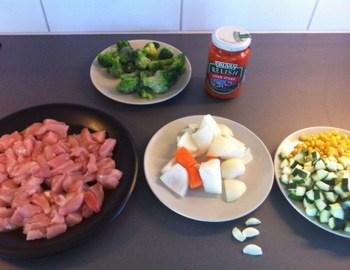 Lagar mat för första gången på länge! Kycklinggryta med ajvar relish.