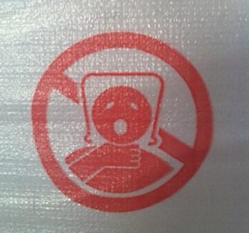 Plastpåse på huvudet, varningstext. Stryper någon.