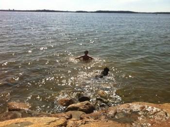 Arga Klara badar med hunden