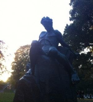 Strindberg-statyn i Tegnérlunden. Firande och mat.