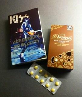 Presenter efter att ge blod. En bok om Kiss av Ace Frehley, mjölkchokladhjärtan och järntabletter.
