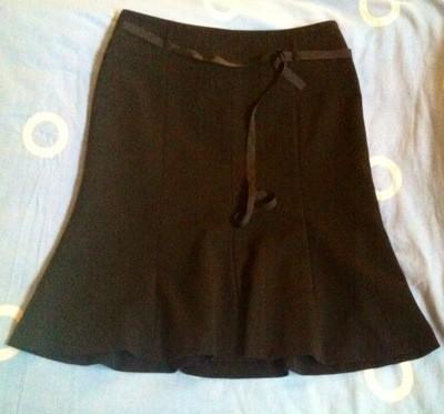 Svart kjol till fest och vardags! I kombination med en glittrig topp blir det bra till gala.