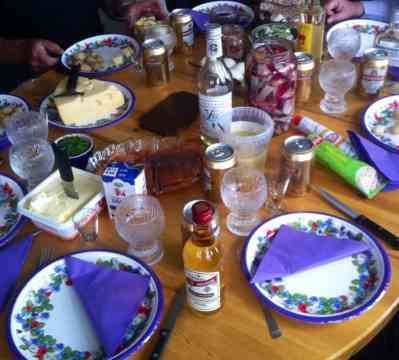 Dukat bord till midsommar. Sill, lax, färskpotatis och snaps.