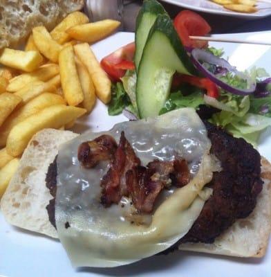 Usel hamburgertallrik på Fräcka Fröken i Norrköping. Otur med maten, Texas Long Horn ville inte ens ha gäster.s