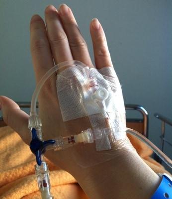 Inkörsport för medicin i handen. Blev tappad på blod.