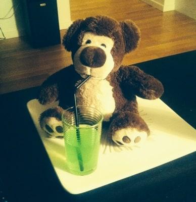 Nalle dricker sprit på fest, en grön drink