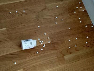Olycka. Tappade pillerburk på golvet. Olycklig start på morgonen.