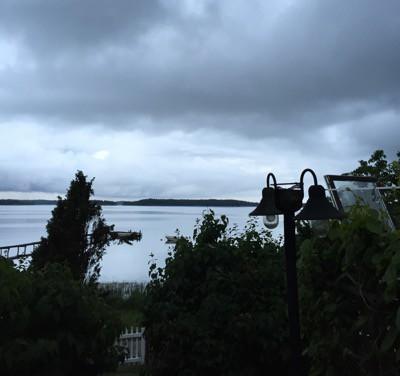 Regnig midsommar på lantstället, mörka moln