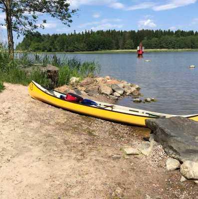 Paddlade kanot till en liten sandstrand