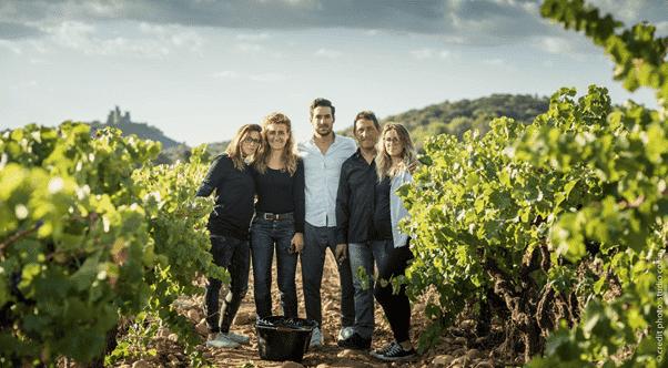 Claude et sa famille dans leur vigne pédagogique Maison Rivier, qui a ouvert en mars 2019 dans le Gard, un an après le succès de leur collecte sur MiiMOSA avec le soutien d'Airbnb et Bienvenue à la ferme.