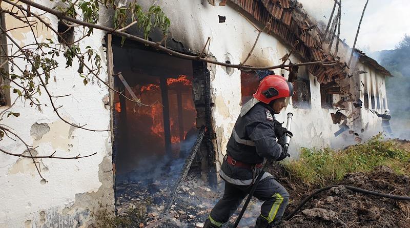 Incendiu puternic la un adăpost de animale din Argeș