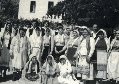 Καρυώτες και Καρυώτισσες με παραδοσιακ�ς φορεσι�ς. Φωτογραφία από το βιβλίο του  Καραμούντζου Κ. Σπύρου « Λόγια Καρυάς ».
