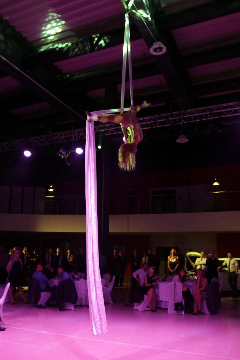 aerial silk acrobat - Argolla show - corporate entertainment