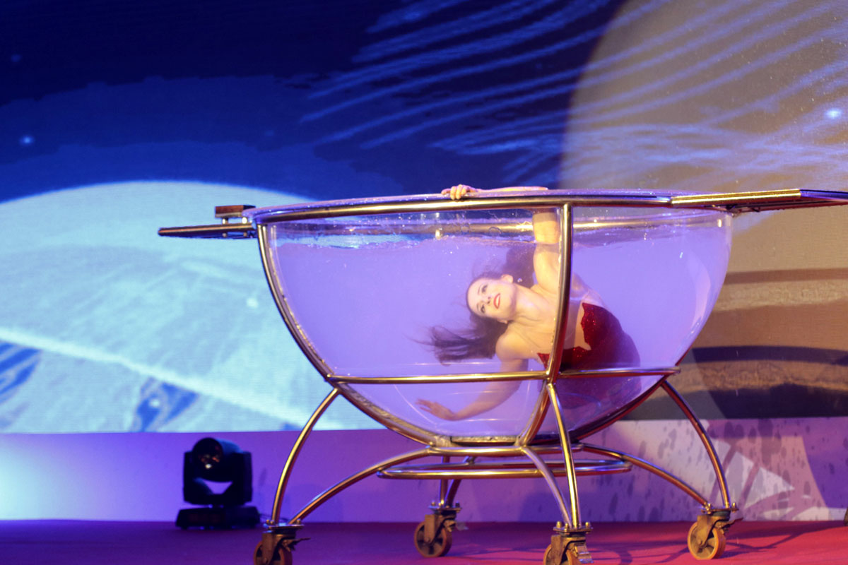 acrobat in transparent water bowl - acrobatic show - Argolla corporate entertainment
