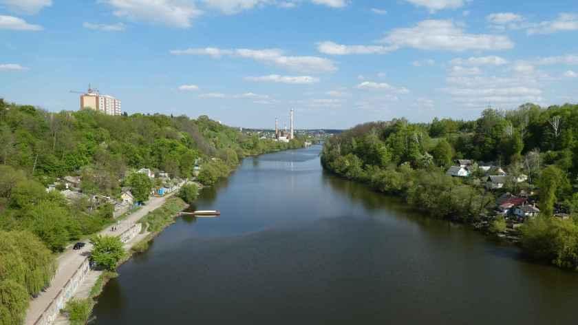 Vista desde el puente que cruza el rio Teteriv.