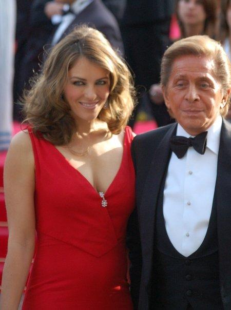 Det søte liv: Valentino er alltid omringet av kjendiser. Her med skuespiller Liz Hurley. Foto: Wikimedia Commons
