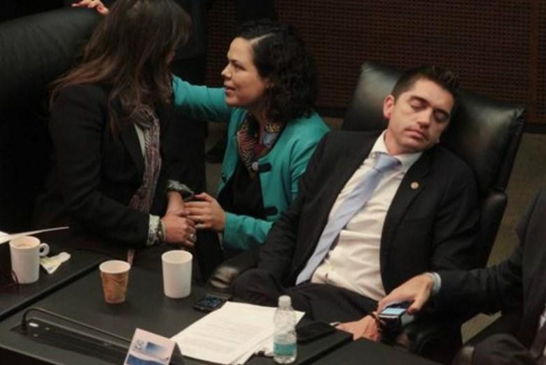 diputado dormido 4.jpg