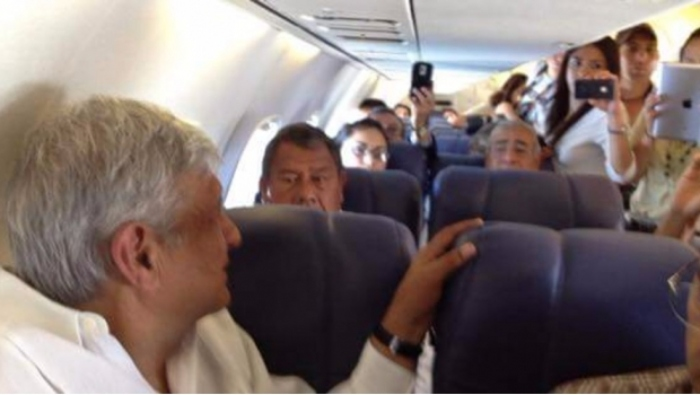 "Azafata se queja de AMLO: ""es horrible que venga en mi vuelo"""