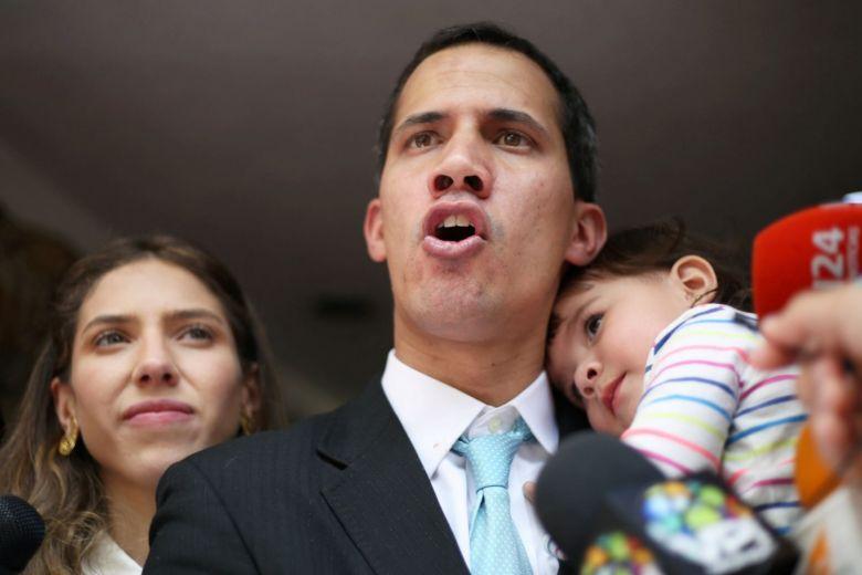 Captan a Juan Guaidó bebiendo caña y besándose ¿con otro hombre?.