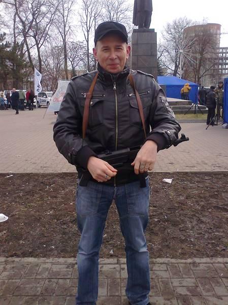 Евгений Короленко с муляжом автомата на празднике Дня защитника Отечества. Это фото он выбрал для своей страницы «ВКонтакте»
