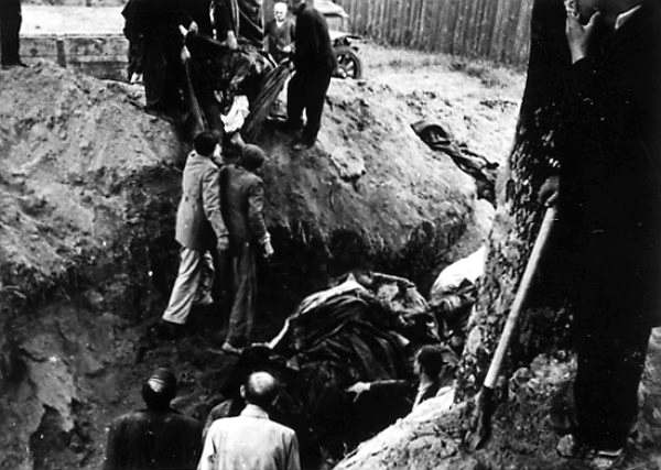 Процесс эксгумации расстрелянных заключенных в тюрьме. 3 июля 1941 г., г. Львов. Для проведения этих работ немцы принудительно согнали львовских евреев. Архив ЦИОД