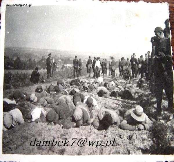А ось як це виглядало на практиці.  Пацифікація українців, 1934 рік.  Фото з сайту польських дослідників.  У коментарях пишуть, що серед людей у формі є і поліція, і військові