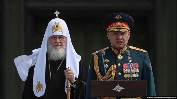 Патриарх Московский Кирилл и министр обороны России Сергей Шойгу в главном храме