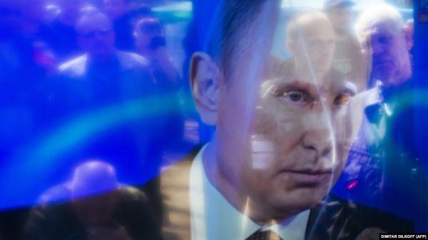 Фото:  Изображение Владимира Путина по ТВ, Луганск, 2014