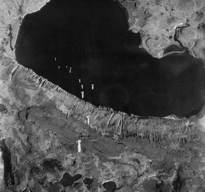 Aerial photo of a U.S. Army Air Forces attack on Kiska island, Alaska (USA), circa 1943. (Credits: USAAF)