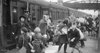 Child evacuees from Bristol arriving at Brent in Devon in 1940. (Credits: Imperial War Museum)