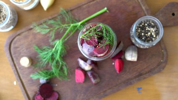 picles de beterraba, beterraba cortada dentro do vidro da conserva com temperos