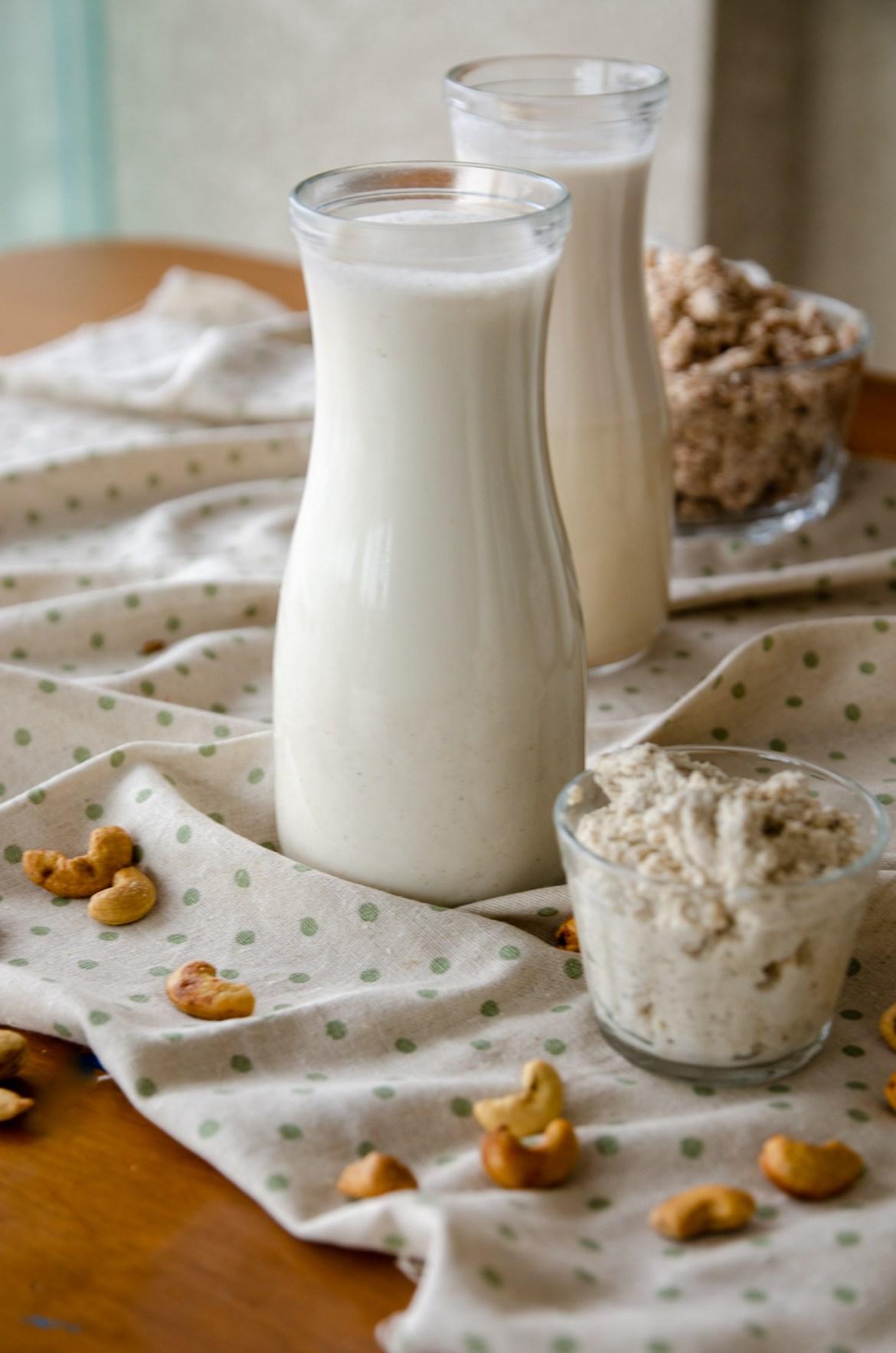 leite vegetal e seu resíduo em potes transparentes