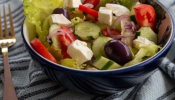salada grega com frango