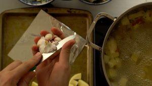 corte a polpa do alho para expor os dentes - alho assado
