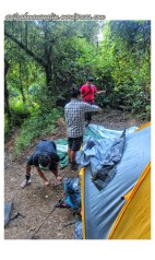 Pemasangan tenda di Kampung Badak