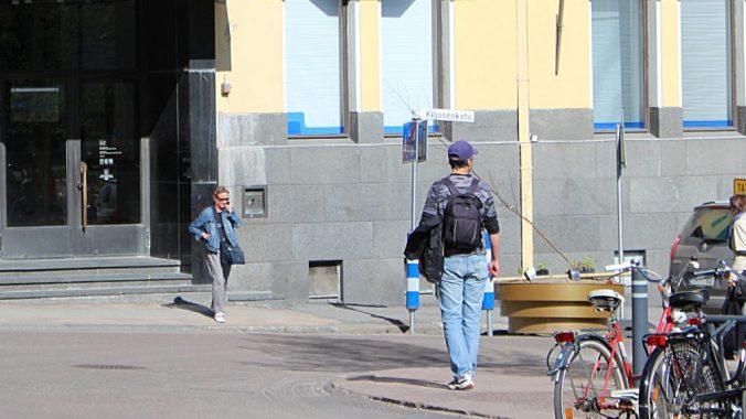 Street preacher David Abreu wearing a cap in Jyväskylä. / Jyväskylän kävelykadun katusaarnaaja David Abreu lippis päässään.
