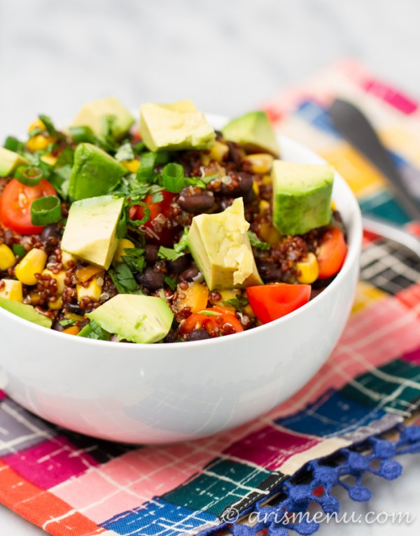 Southwest Quinoa Bowls : A super healthy, easy and delicious vegan and gluten-free option with TONS of flavor and veggies!