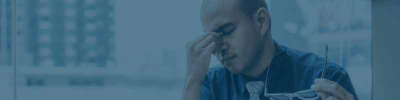 homem sentindo os efeitos da má qualidade do ar interno em seu prédio de escritórios